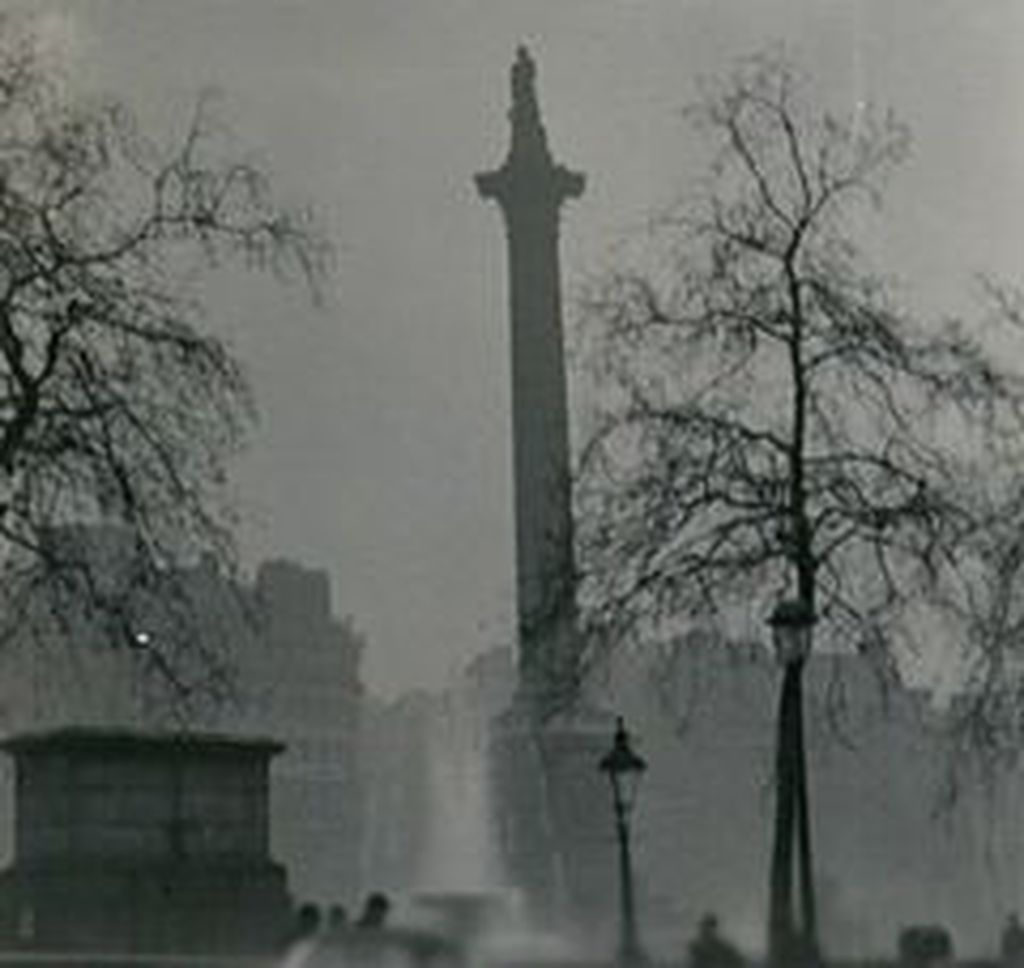 Nelson's_Column_during_the_Great_Smog_of_1952-done